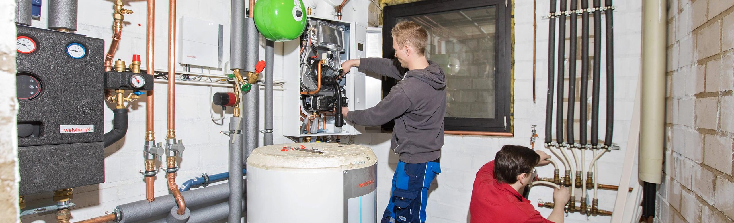 Mitarbeiter von Frank Roßbach bei der Installation einer Heizungsanlage
