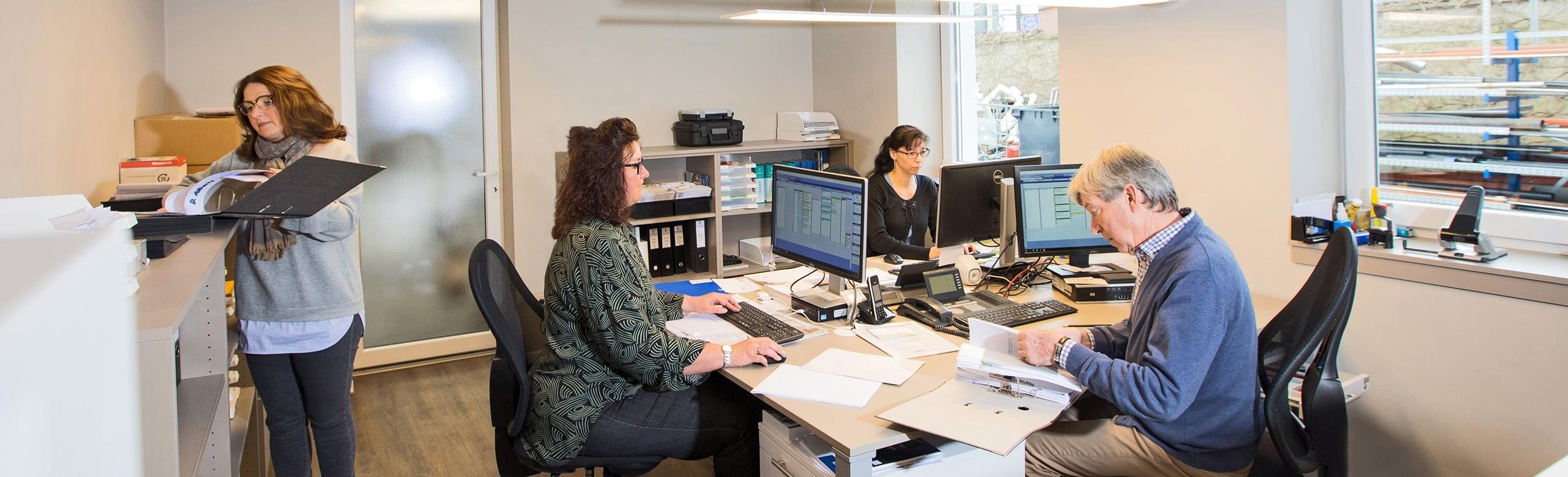 Team von Frank Roßbach bei der Arbeit im Büro